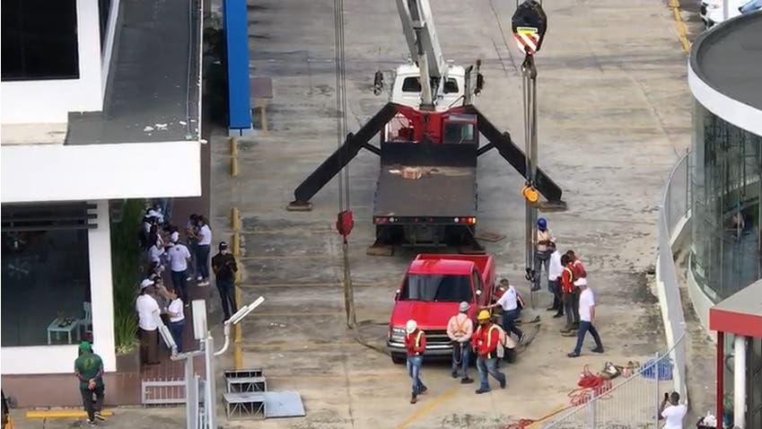 """Reinstalan la icónica """"camioneta roja"""" en edificio de Santo Domingo Motors"""
