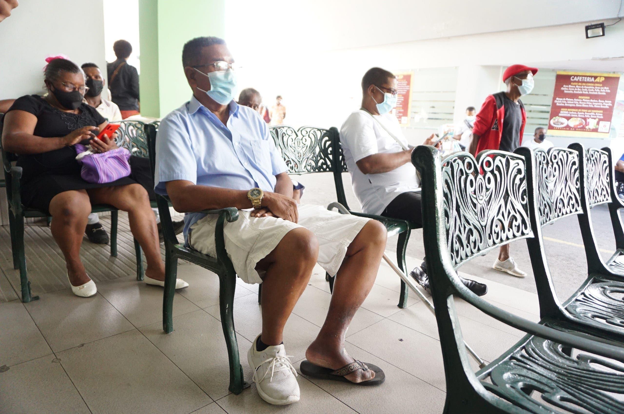 Afiliados pagan consultas sin ARS por paro médico