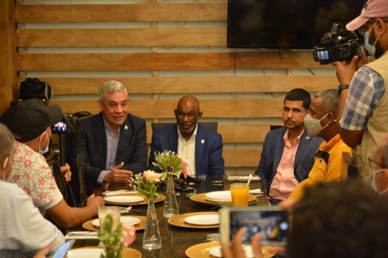 Diputados sostienen un encuentro con prensa de Santiago