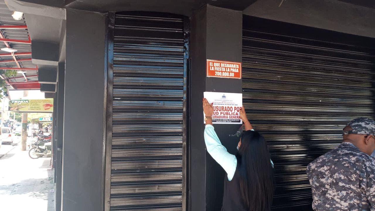 Autoridades cierran establecimiento por exhibicionismo en presencia de menores
