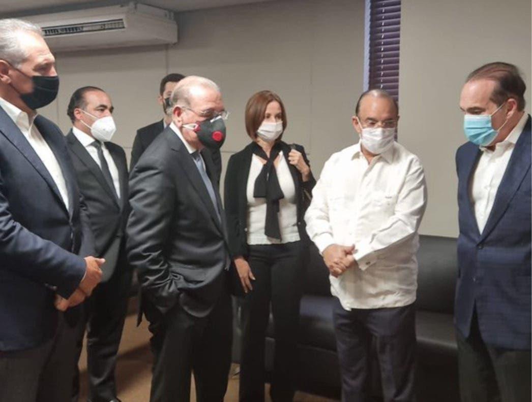 Danilo Medina e Hipólito Mejía acuden a funeraria a dar pésame a Quique Antún por fallecimiento de su madre