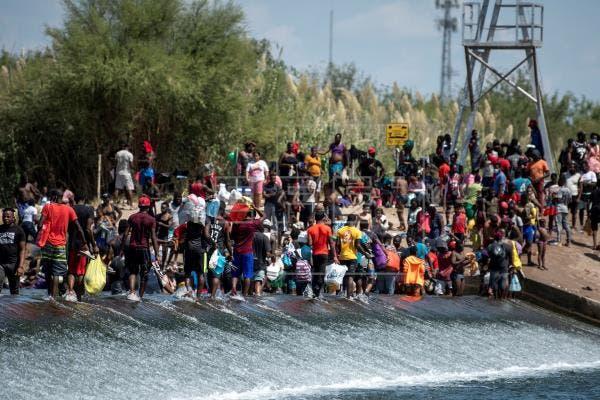 Gobierno de EEUU empieza a deportar a haitianos retenidos en puente en la frontera de Texas