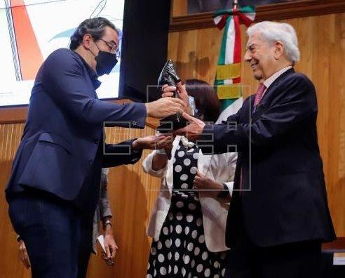 Vásquez recibe Premio Vargas Llosa por novela que ayuda a entender Colombia