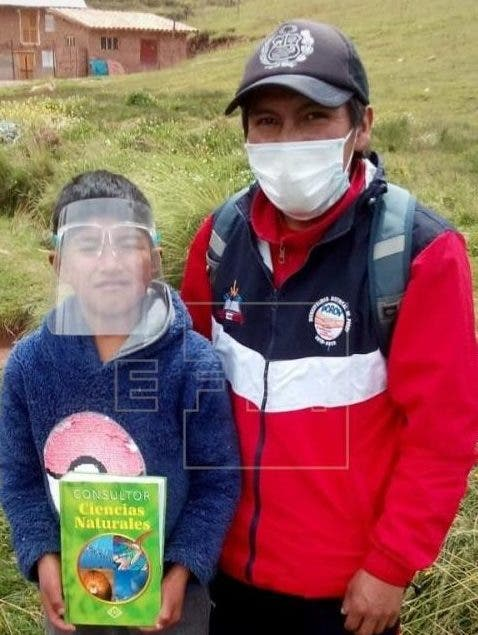 """Los """"mensajeros del Inca"""" ahora entregan libros en las alturas de los Andes"""