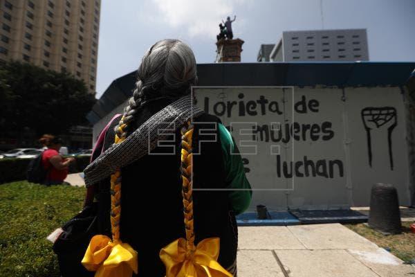 Feministas mexicanas instalan estatua de una mujer donde estaba la de Cristóbal Colón