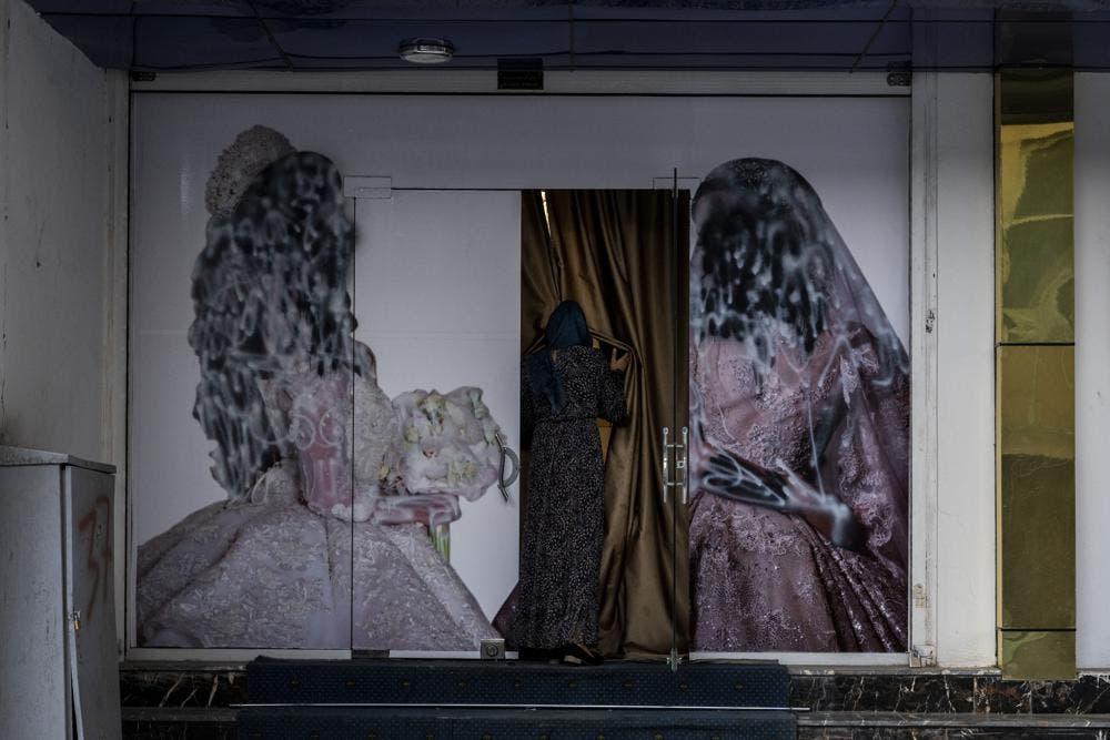 Talibanes dicen permitirán educación superior para mujeres