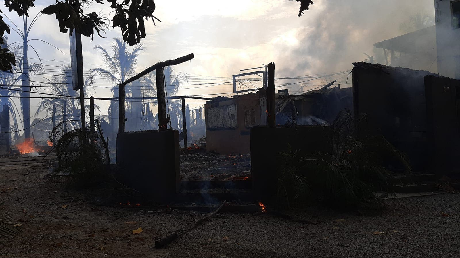Incendio destruye decenas de negocios en Las Terrenas