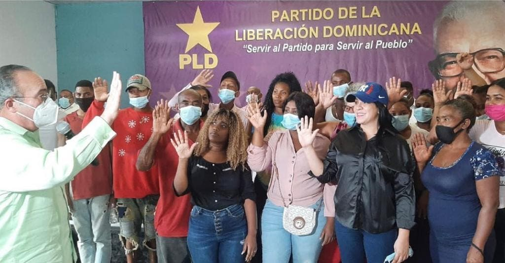 PLD juramenta nuevos miembros  en La Caleta