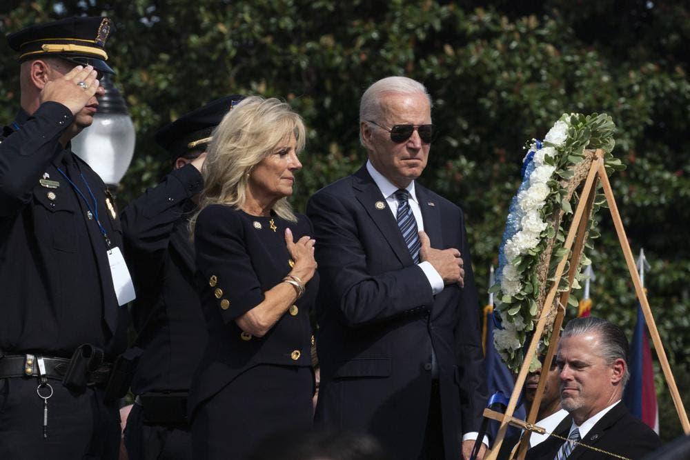 Biden elogia labor de policías durante asalto al Capitolio