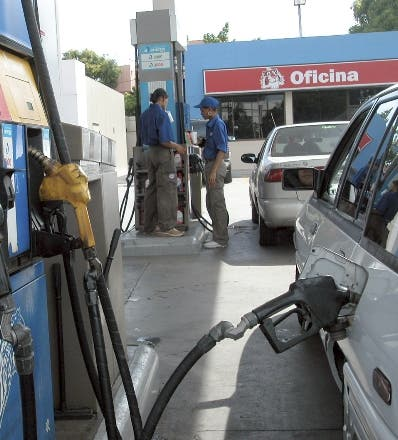 Sector preocupado por alzas combustibles