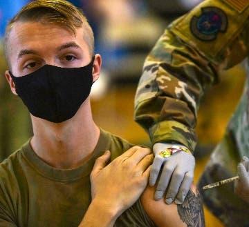 Miles  soldados estadounidenses sin  vacunarse