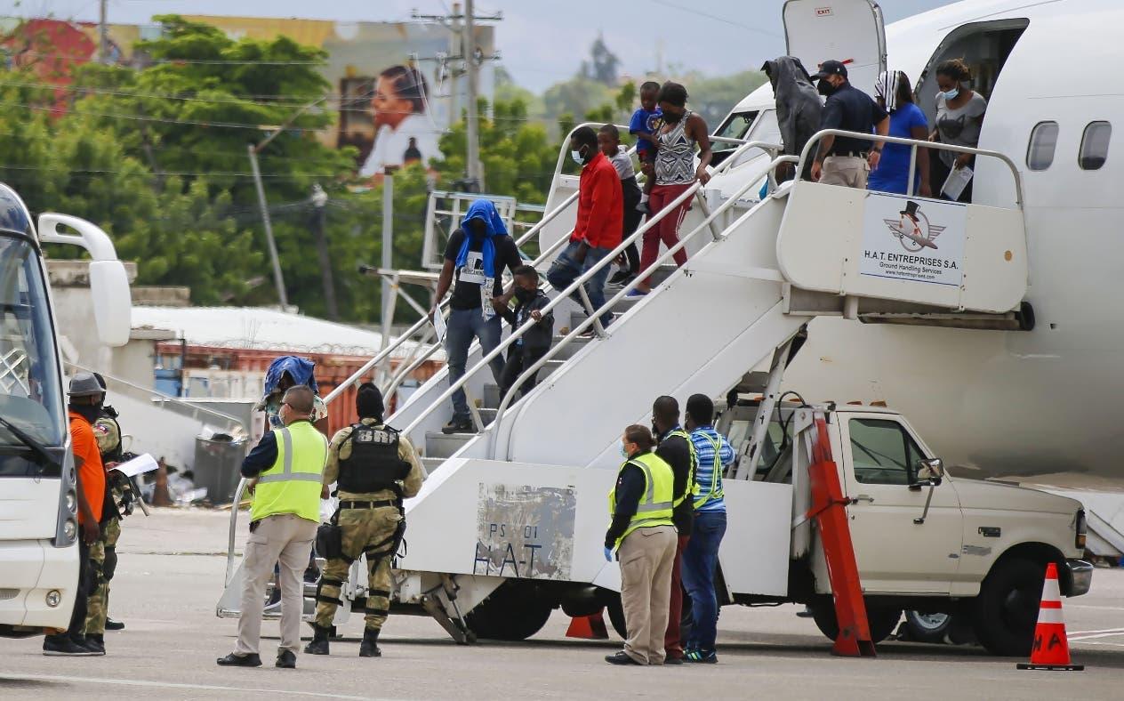 Cuba deportó a cientos de haitianos en seis vuelos y un barco