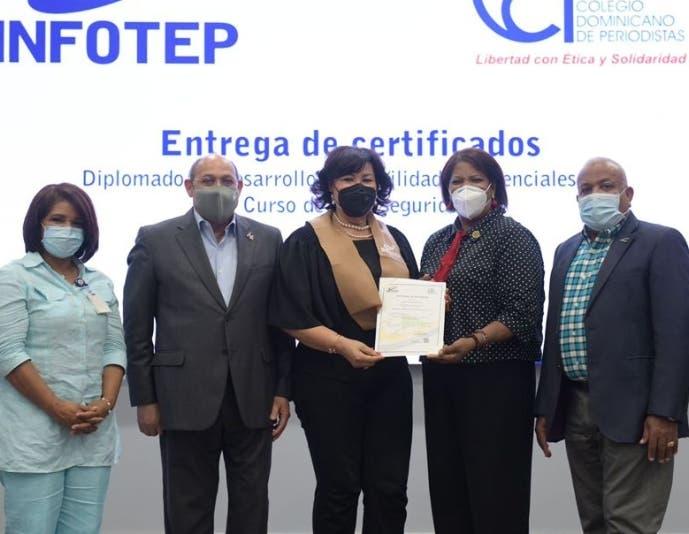 Infotep y CDP entregan certificados  programa