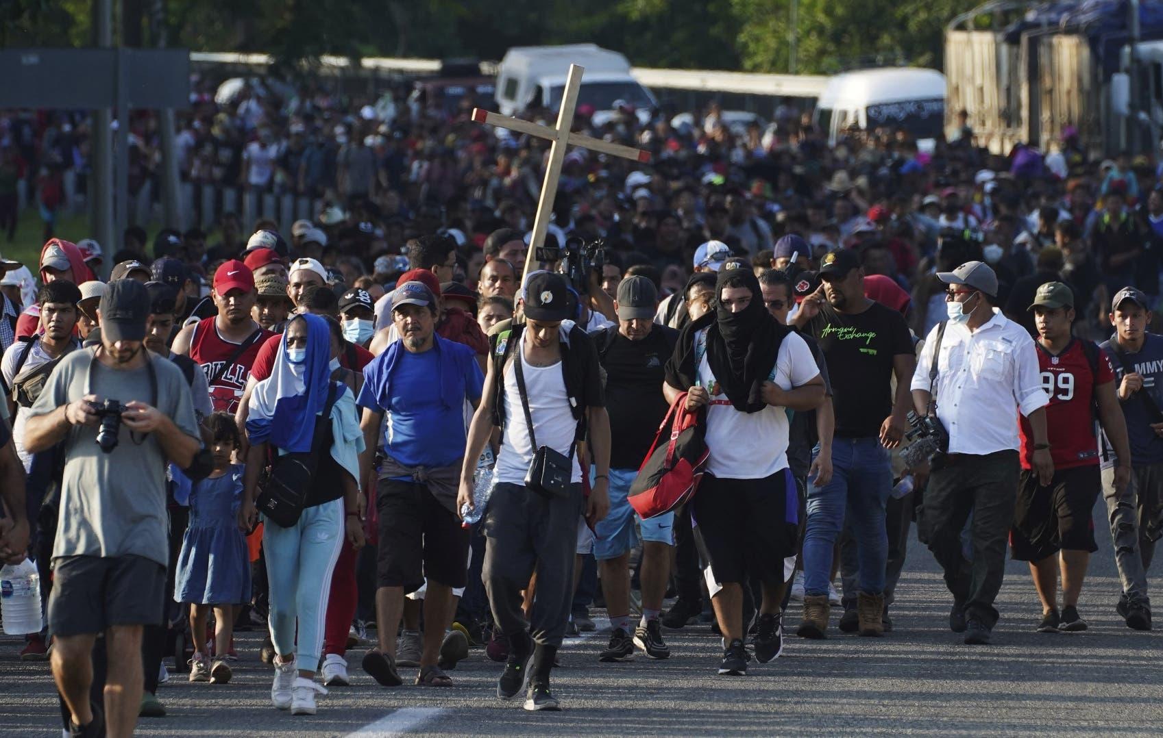 Una caravana de 6 mil migrantes camina hacia la Ciudad de México