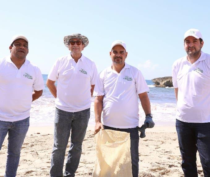 Los colaboradores de CAEI limpian la playa Caribe