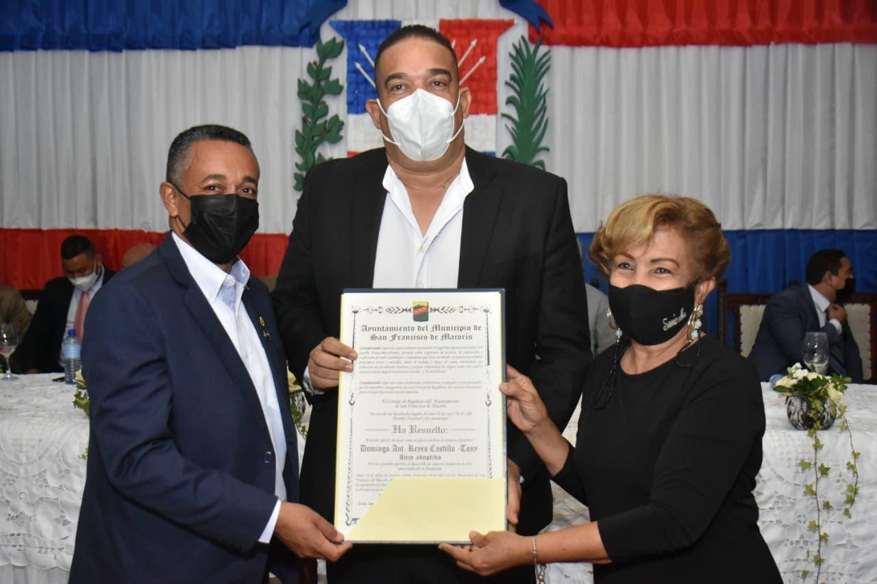 Ayuntamiento de SFM declara hijo adoptivo al periodista Tony Reyes