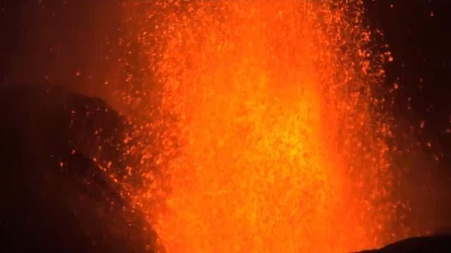 La lava sigue fluyendo y obliga a evacuar a otras 800 personas