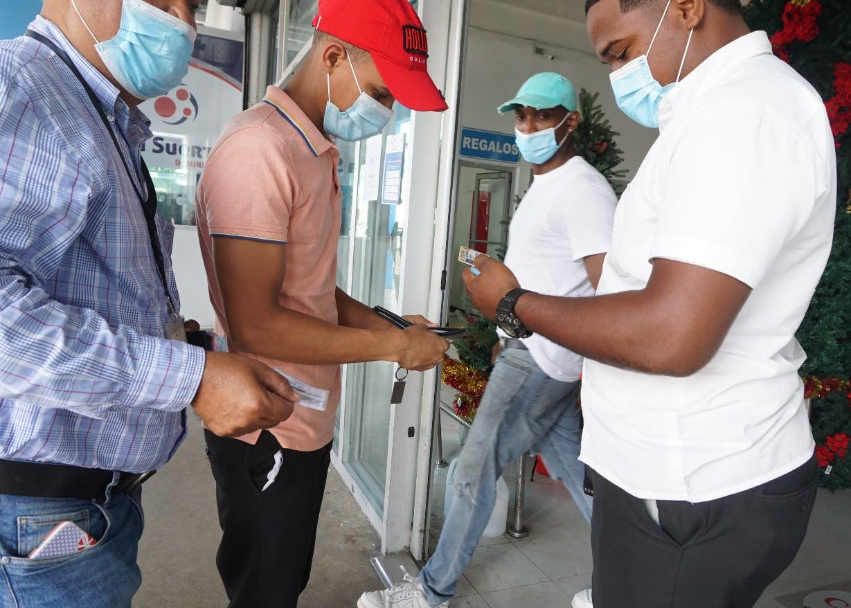 Cientos acuden en busca duplicados tarjeta vacuna