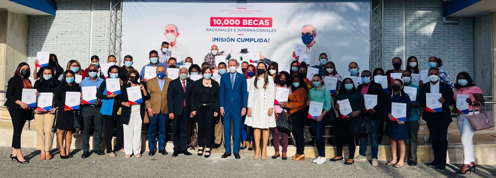 MESCYT envía 40 estudiantes de la región fronteriza del país a España