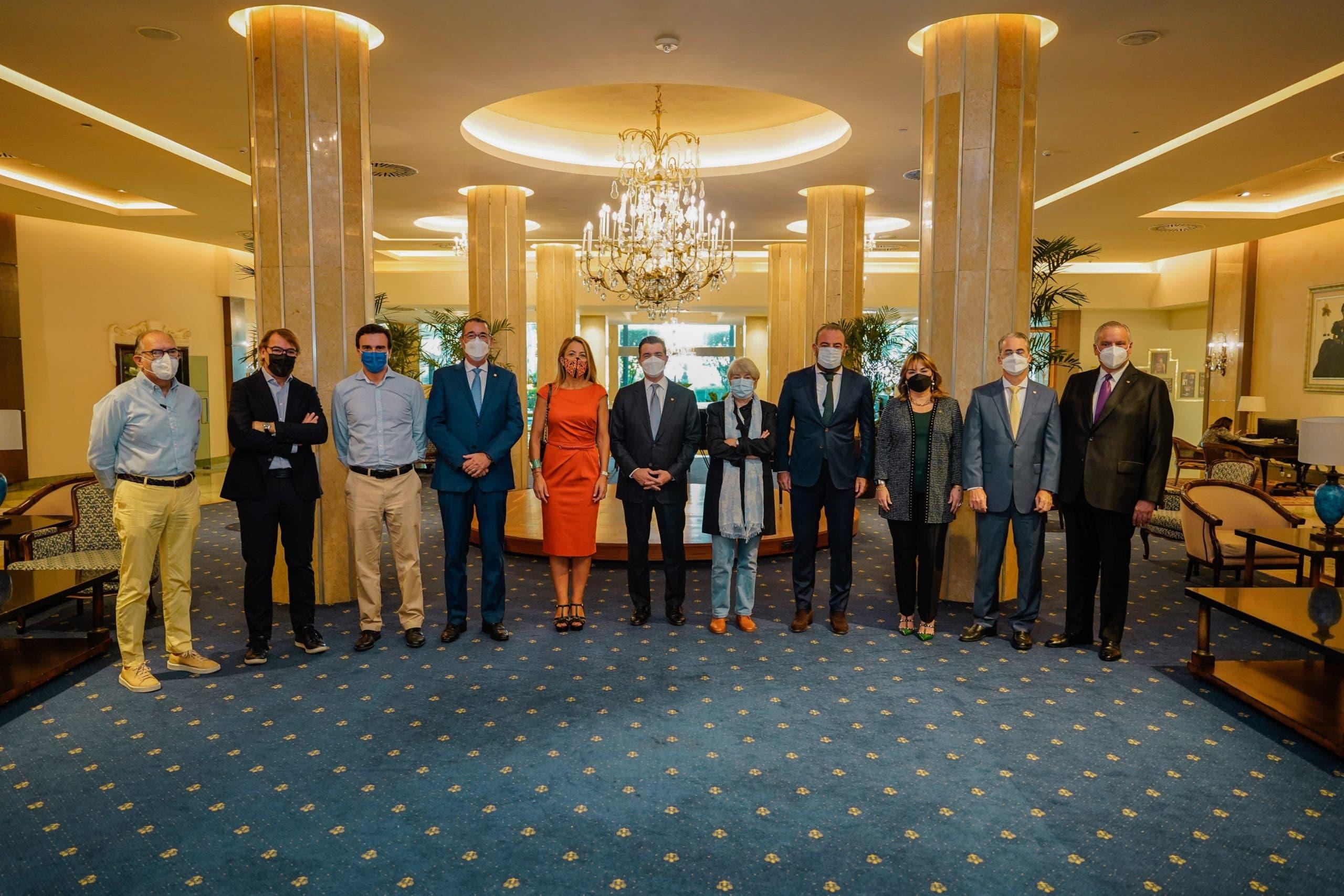 Directivos de cadenas hoteleras españolas y ejecutivos del Popular sostienen reunión