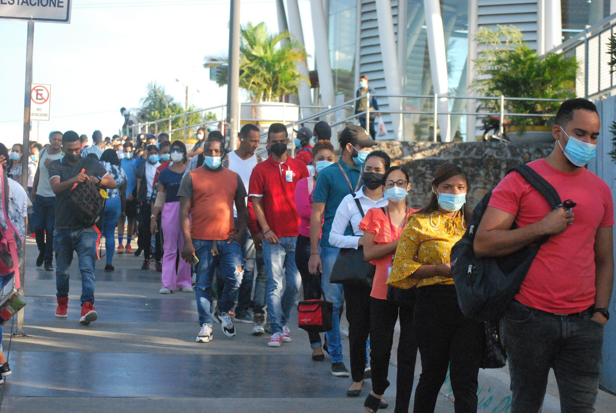 Largas filas en Metro de Santo Domingo por tarjeta de vacunación