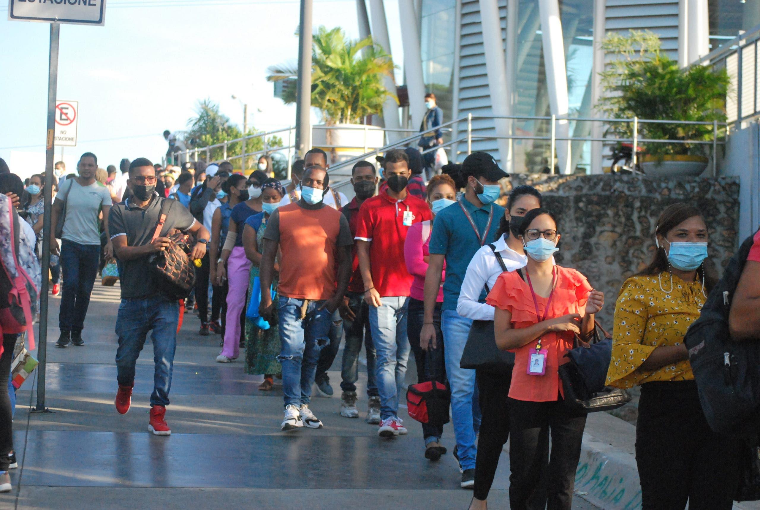 Caos en Metro de Santo Domingo por tarjeta de vacunación
