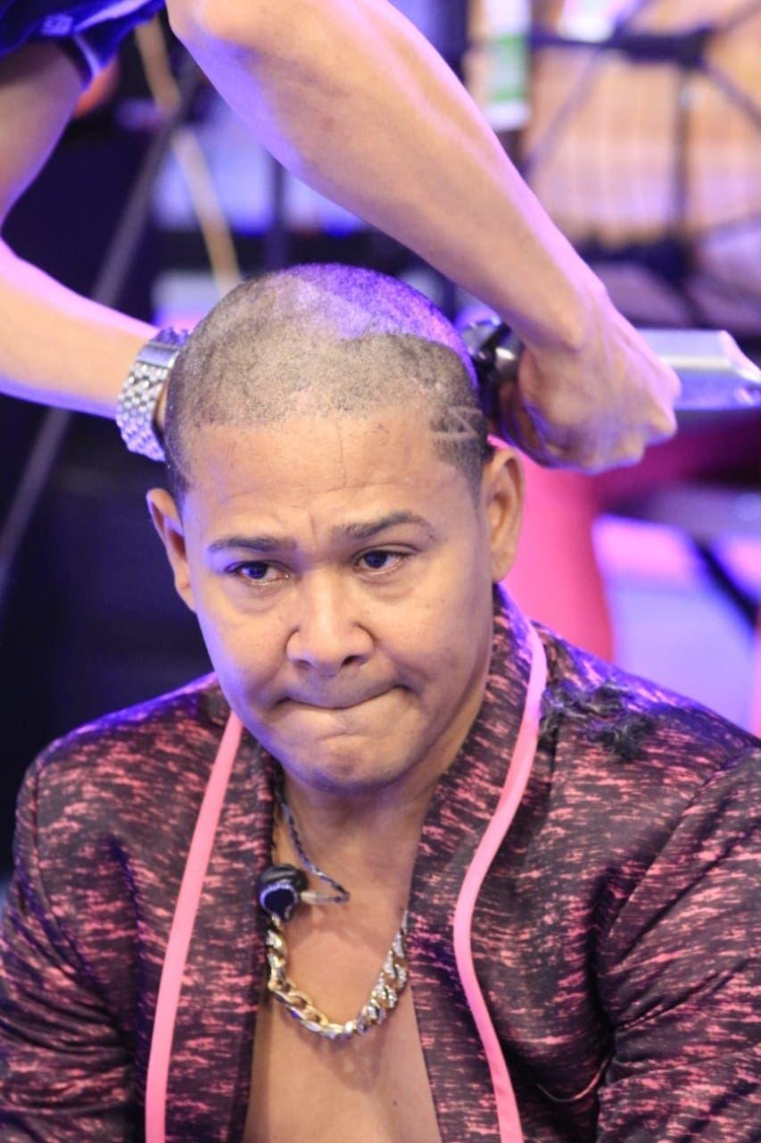 El Jeffrey se corta pelo en  apoyo a lucha cáncer  mama