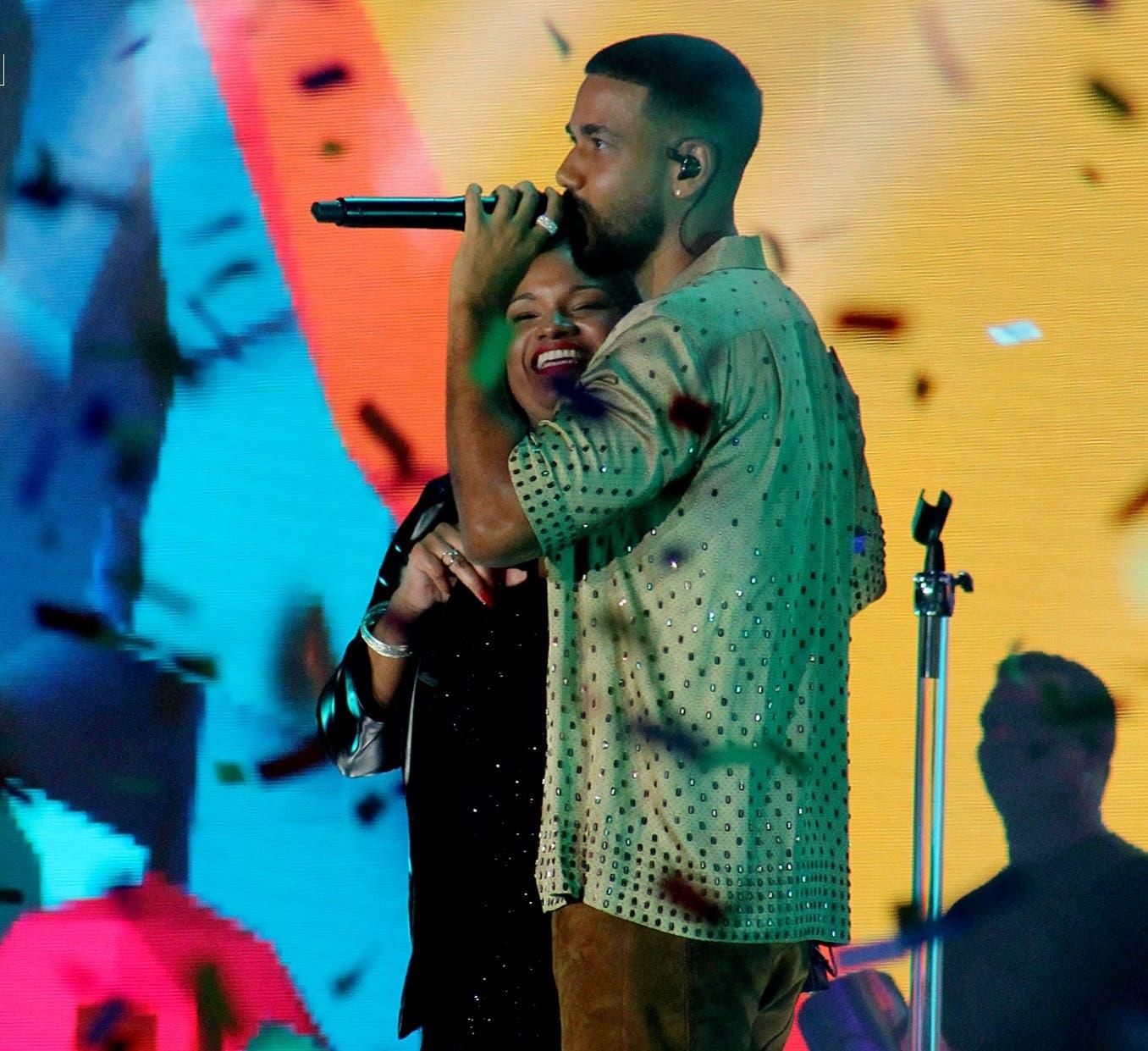 Intérprete de «Obsesión» reaparece al lado de Romeo en show de Aventura
