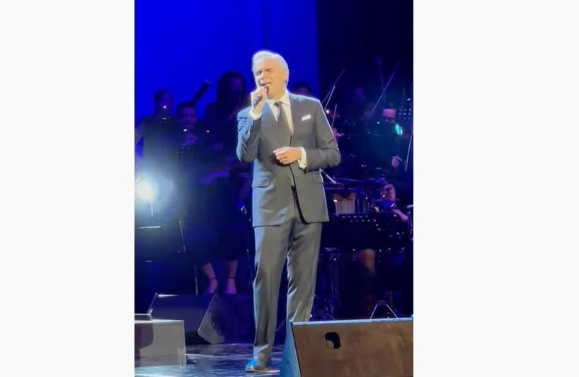 Ministro de Trabajo impresiona al interpretar una canción en concierto de su madre, Cecilia García