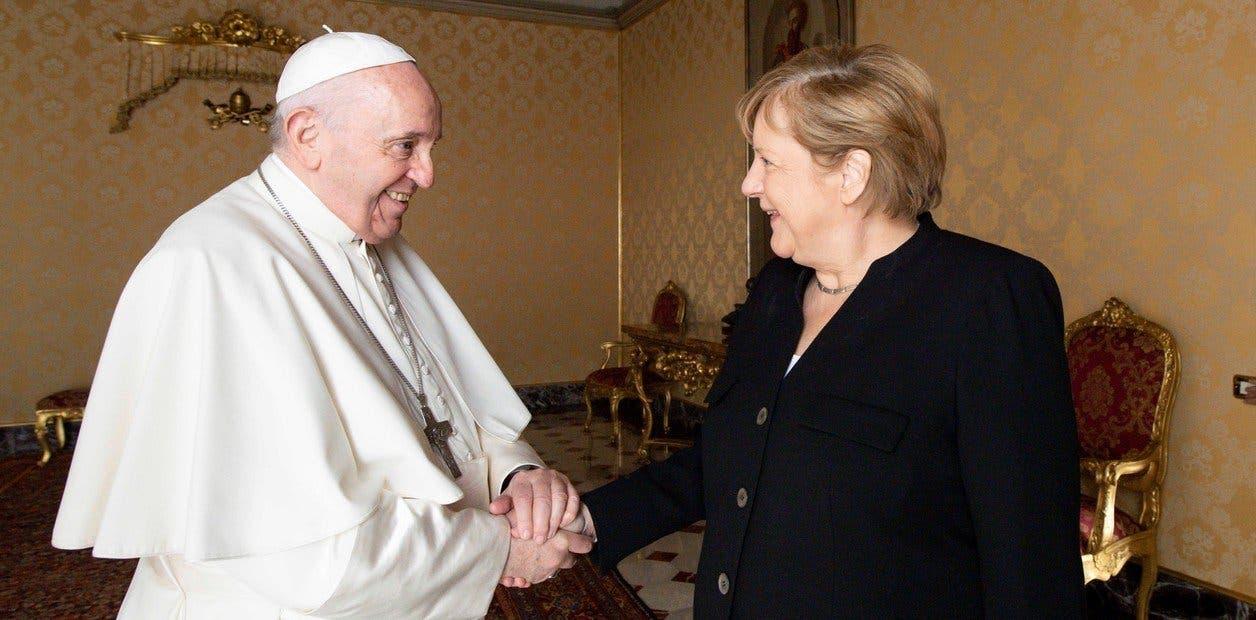 Merkel habló de desafíos internacionales y el clima en su despedida del papa