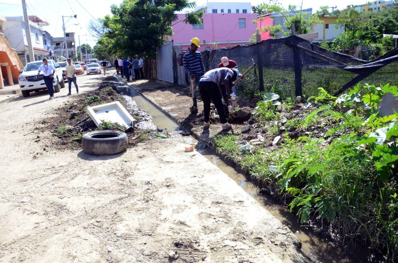 Ayuntamiento de Santiago inicia construcción de aceras, contenes y asfaltado en calle La Otra Banda