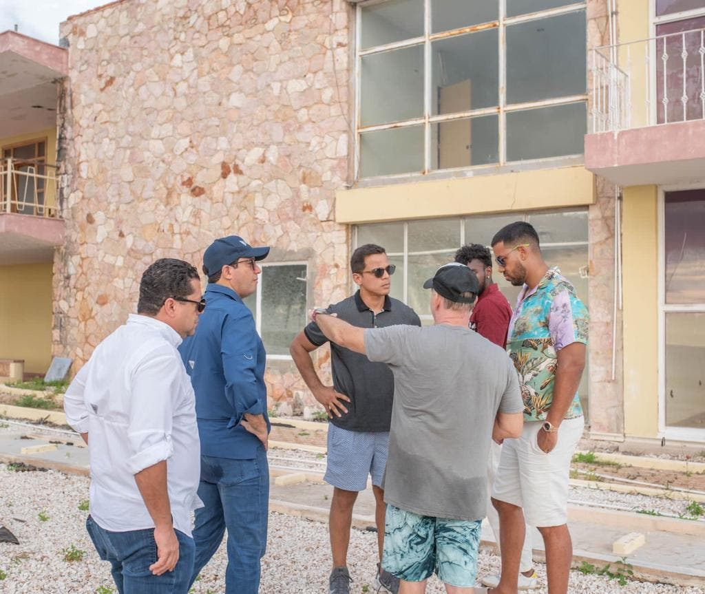 Romeo Santos visita Pedernales y muestra interés por proyectos turísticos