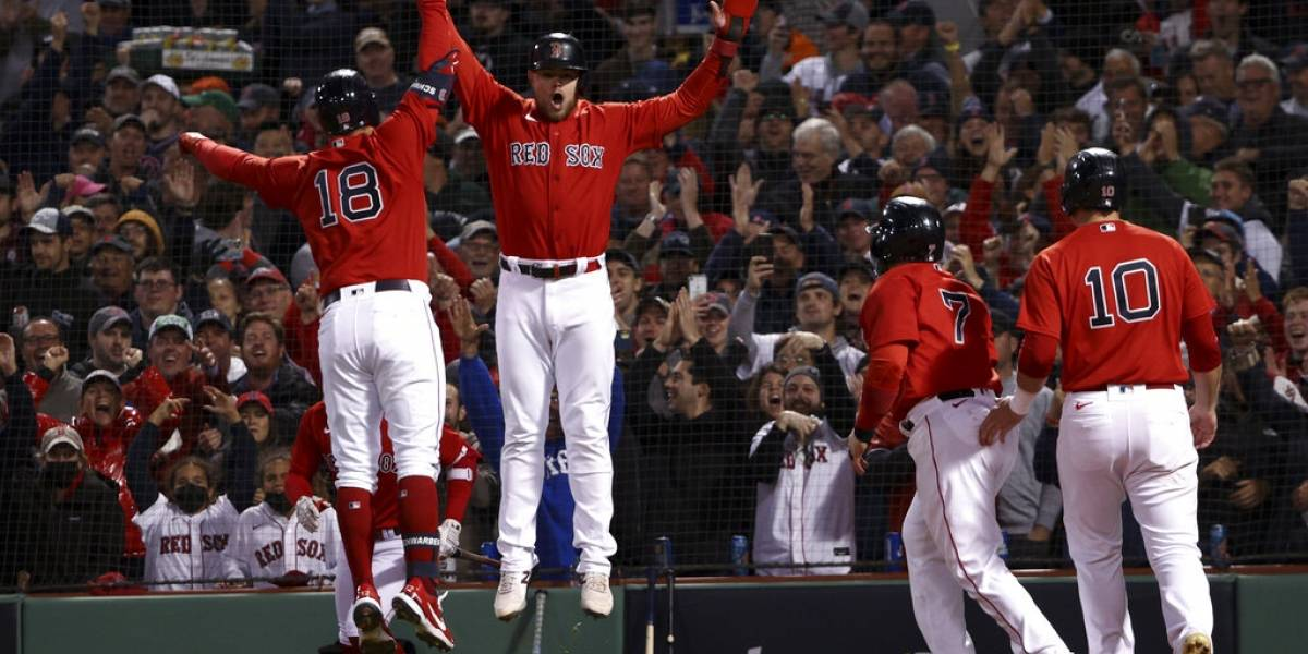 Schwarber pega grand slam y Boston aplasta 12-3 a Houston