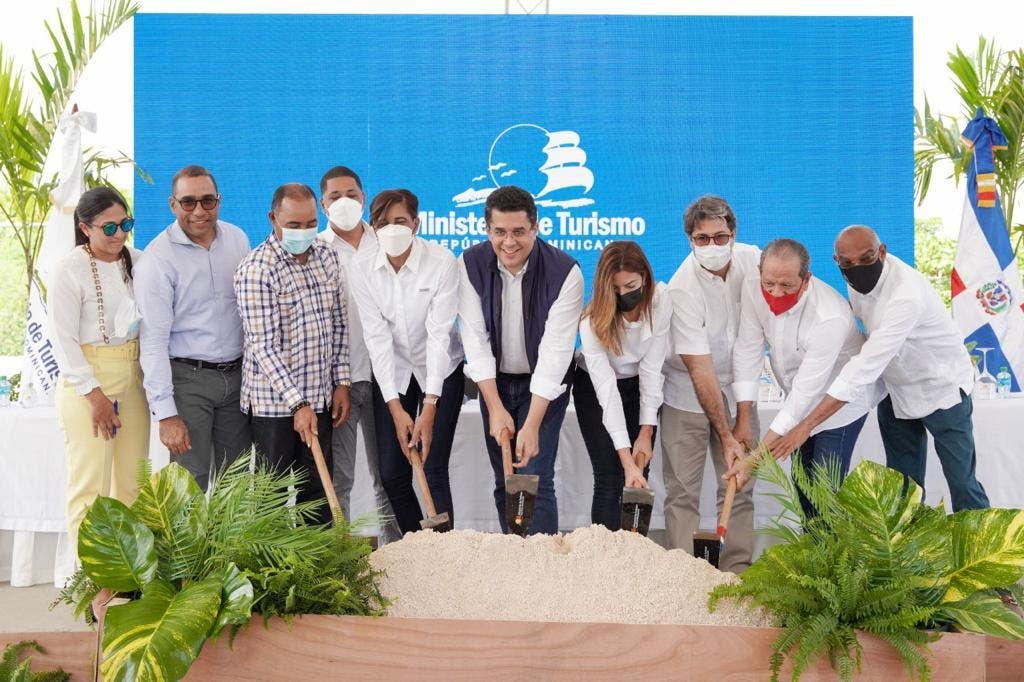 Inician trabajos reconstrucción de vía de acceso y parqueos en Playa Macao