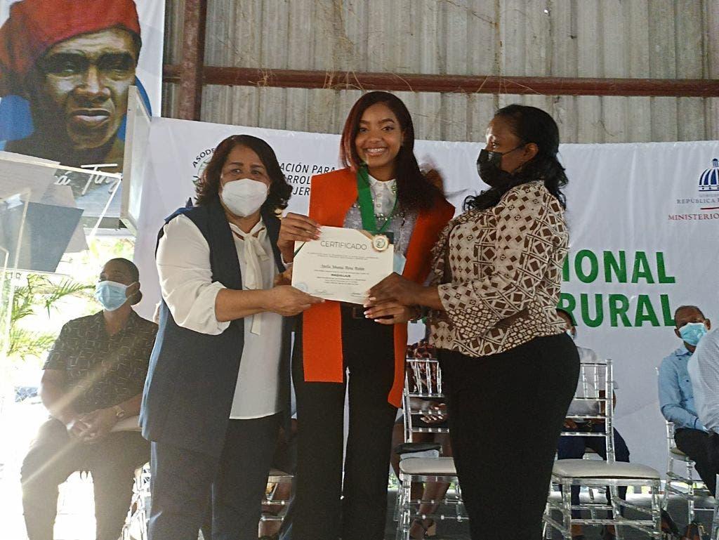 Asodemur gradúa 120 mujeres en La Victoria