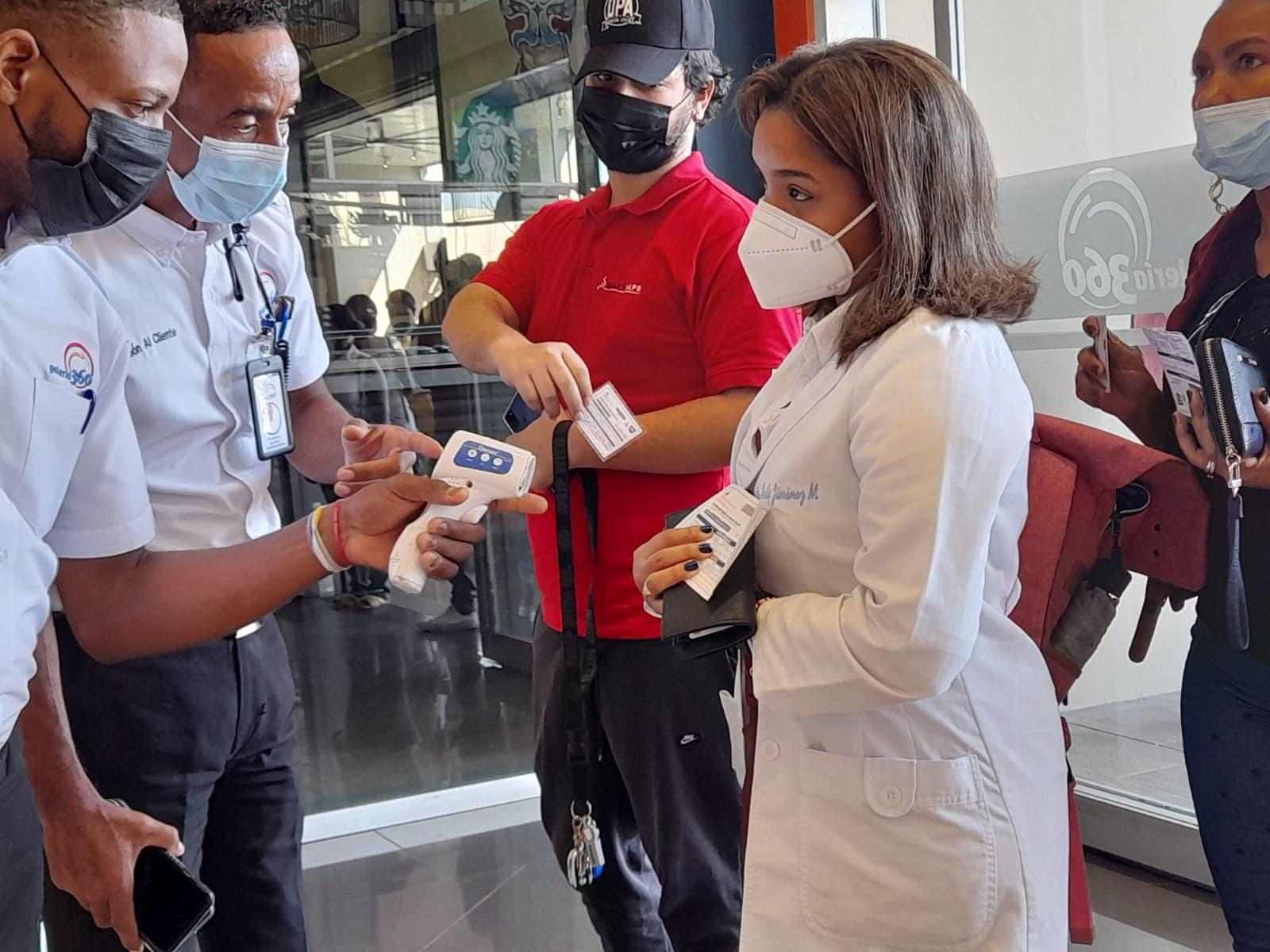Seguridad exige tarjeta de vacunación y cédula de identidad en la plaza comercial Galería 360