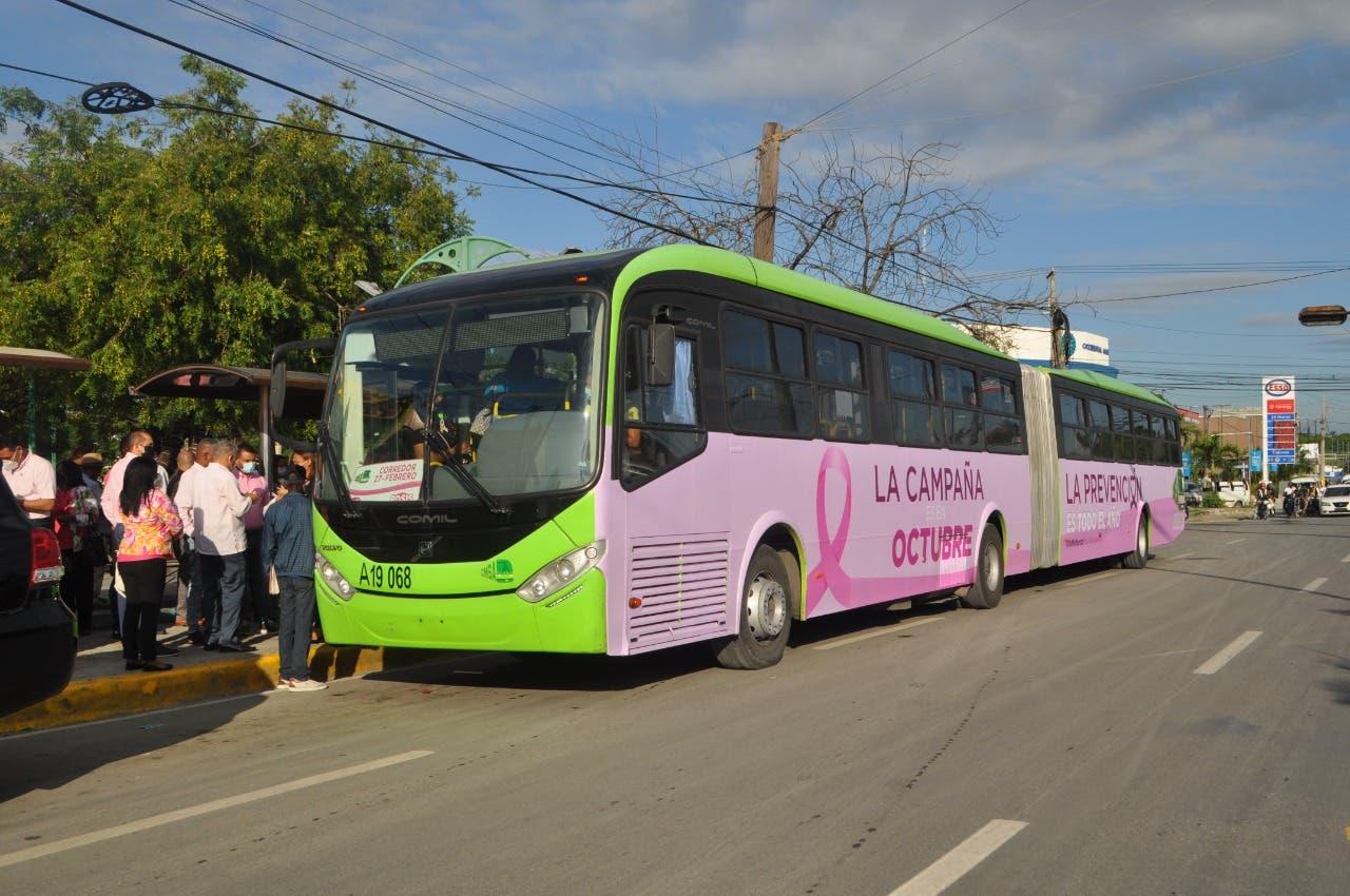 OMSA se suma a la lucha contra el cáncer de mama; reparte lazos rosas en parada de autobuses