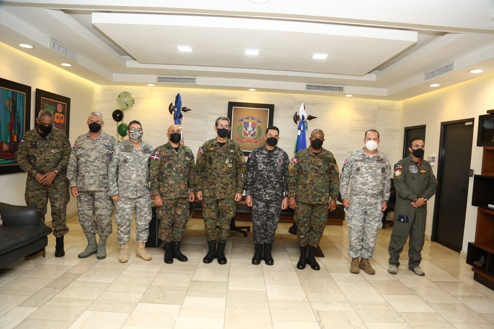 Ministro de Defensa y director de la Policía se reúnen para fortalecer labores conjuntas