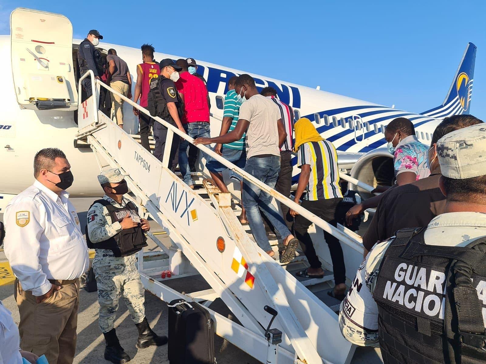 México repatria en avión a 129 migrantes haitianos