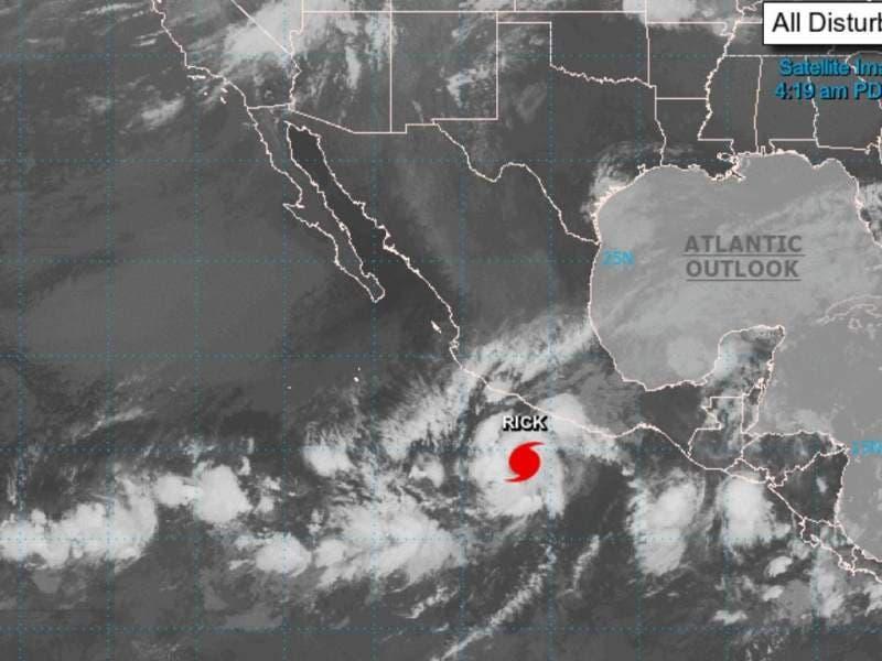El huracán Rick gana fuerza en la costa del Pacífico de México