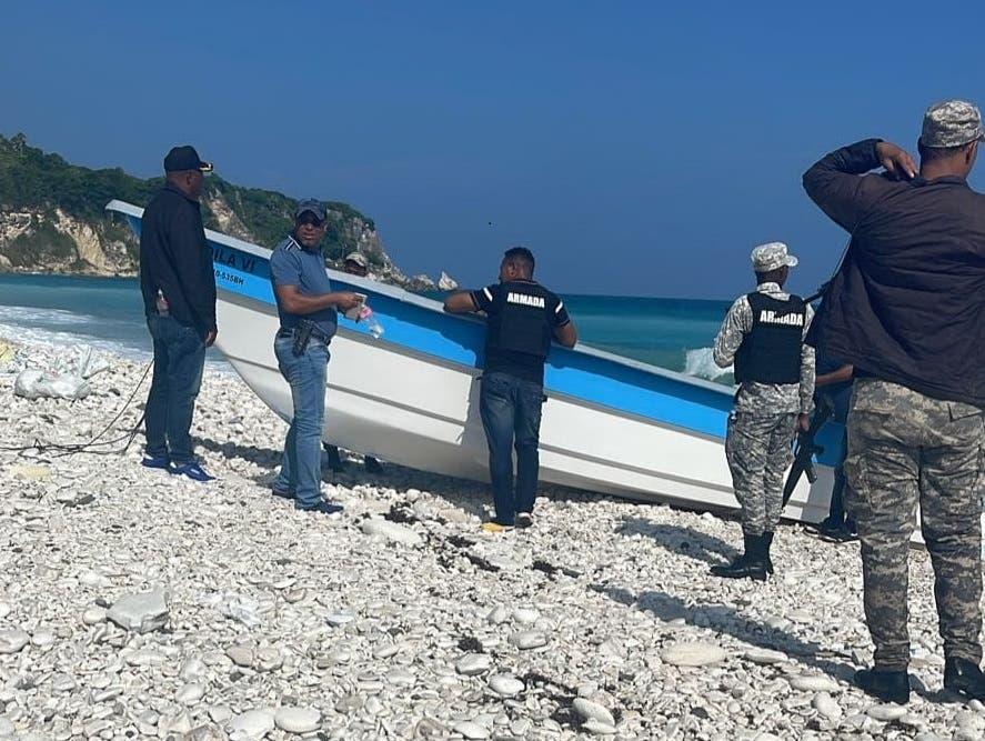 Autoridades investigan procedencia de lancha que encalló en costas de Barahona