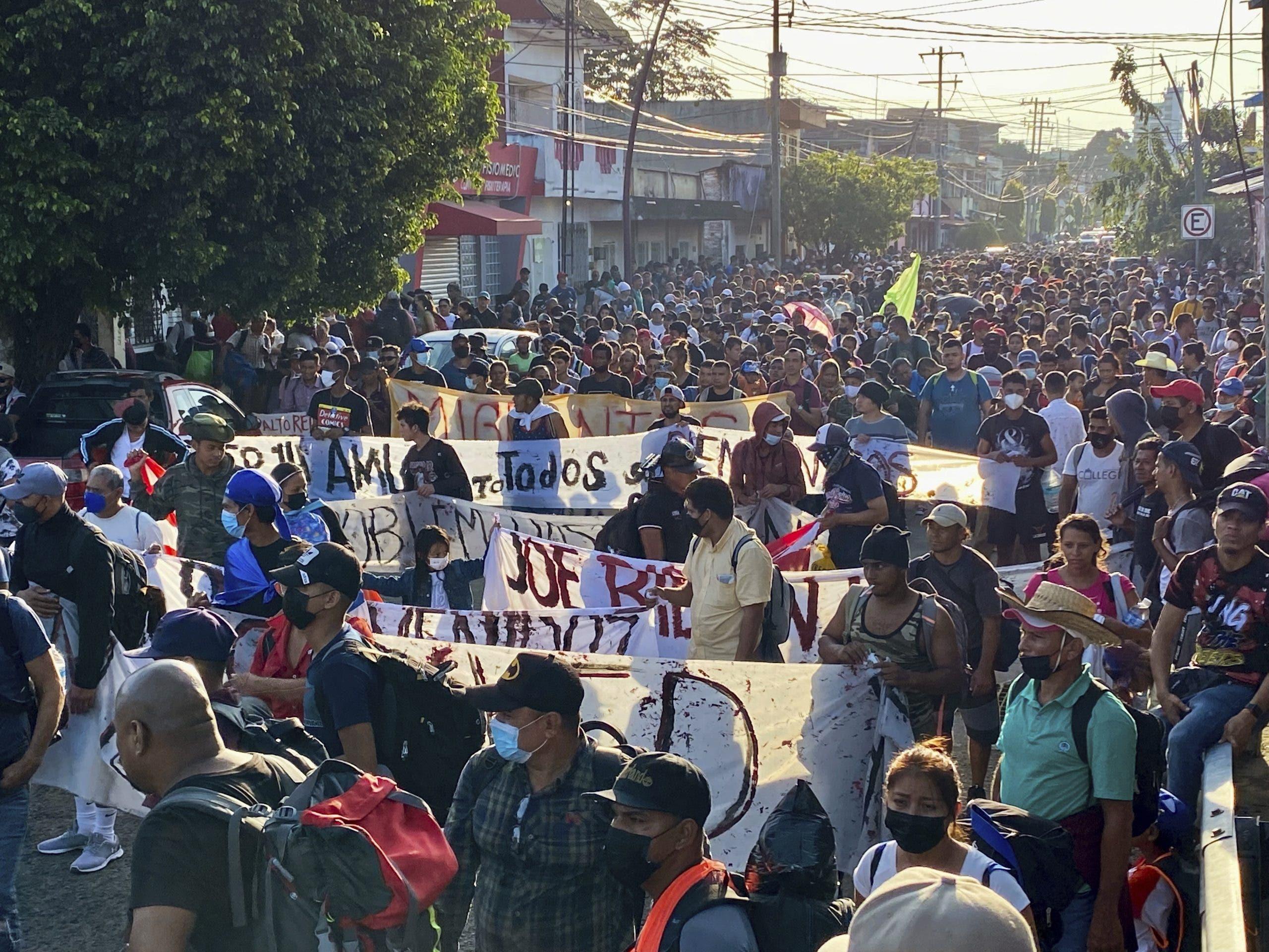Miles de migrantes inician caravana desde frontera sur de México a la capital