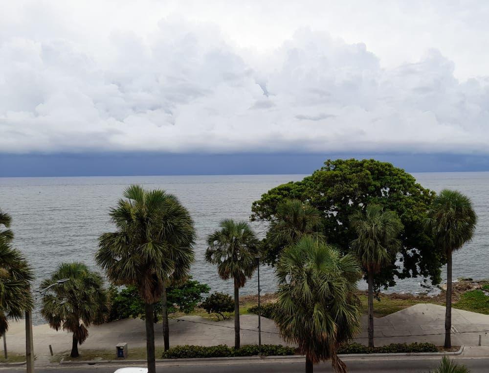 Meteorología prevé aguaceros para hoy por vaguada y onda tropical