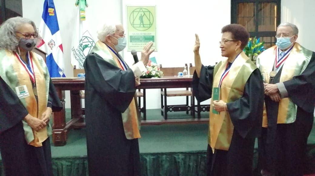Academia de Ciencias juramentó como miembro a Dinorah García Romero